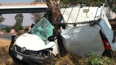 Estrella su camioneta contra un árbol en la carretera Pátzcuaro-Morelia