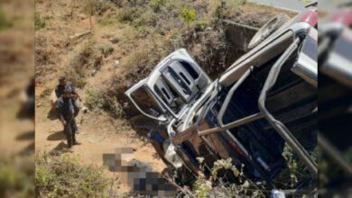 Mueren 2 policías al caer patrulla en barranco, en Tingambato, Michoacán