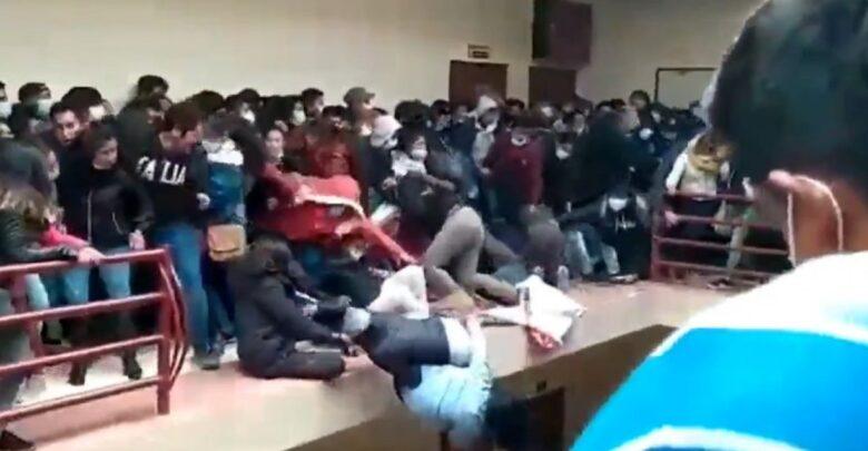 Universitarios rompen barandal y caen del cuarto piso; hay 5 muertos