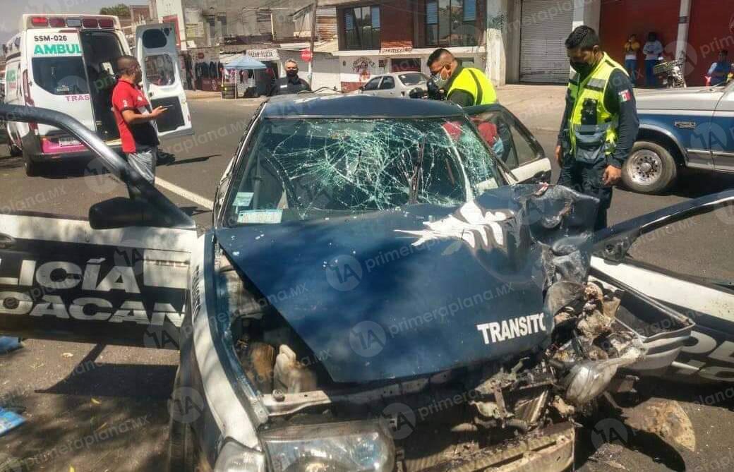 Delegado de tránsito destruye su patrulla en Pátzcuaro
