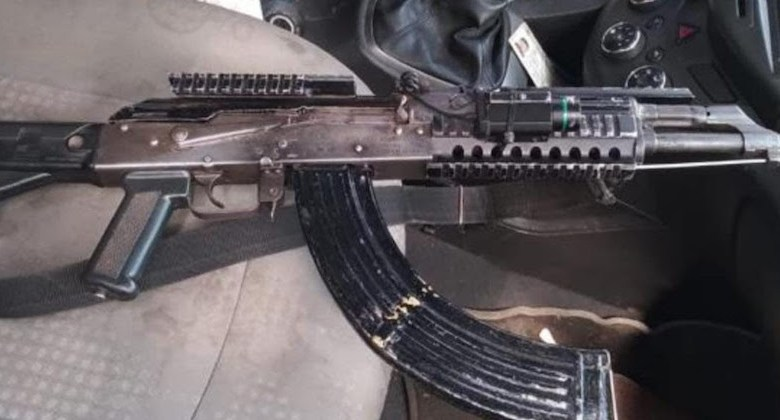 Detienen en Pátzcuaro a pareja con rifle de asalto y auto robado